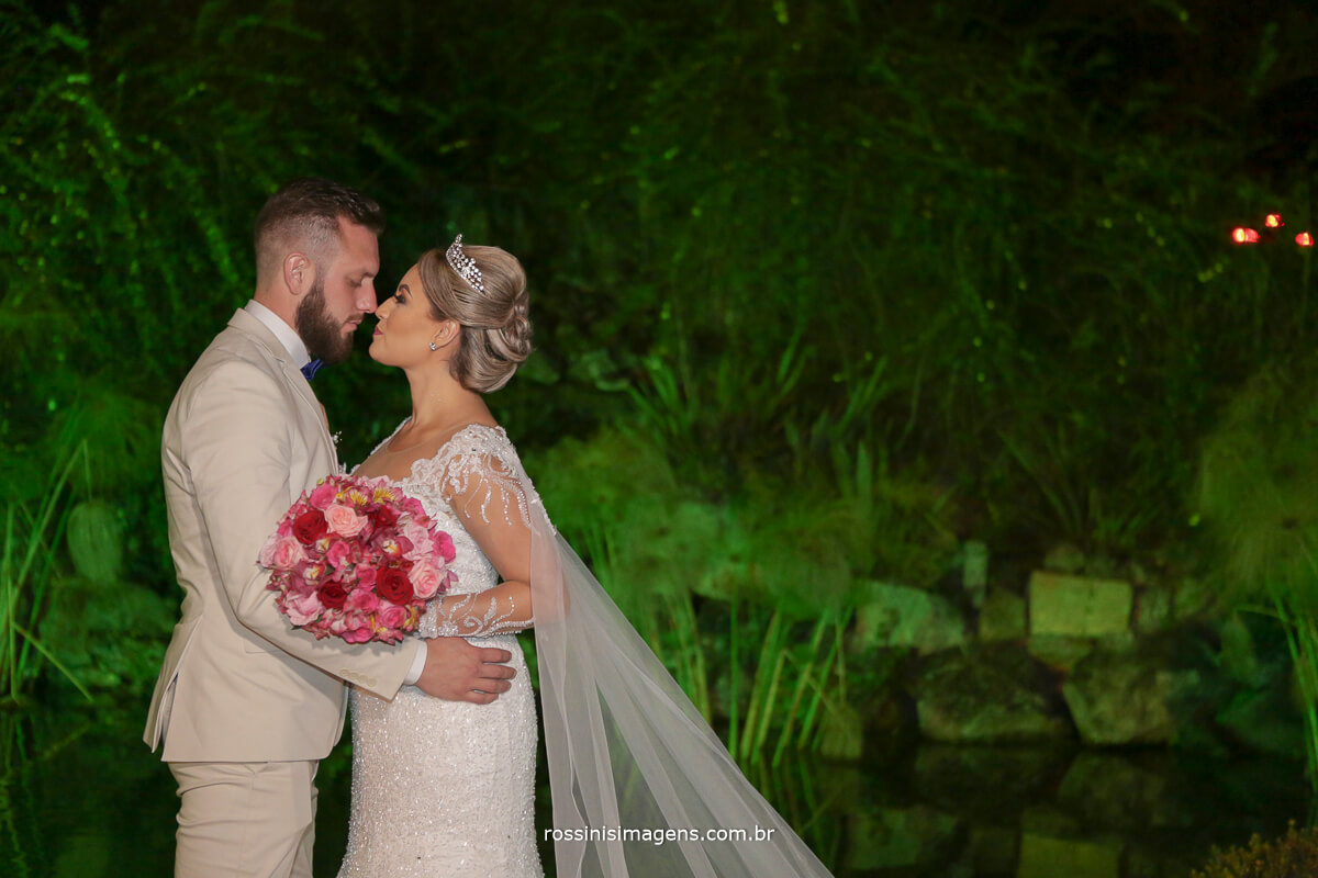 fotografo de casamento em suzano sp rossinis imagens,  noivos na fonte da chacara, noivas no campo