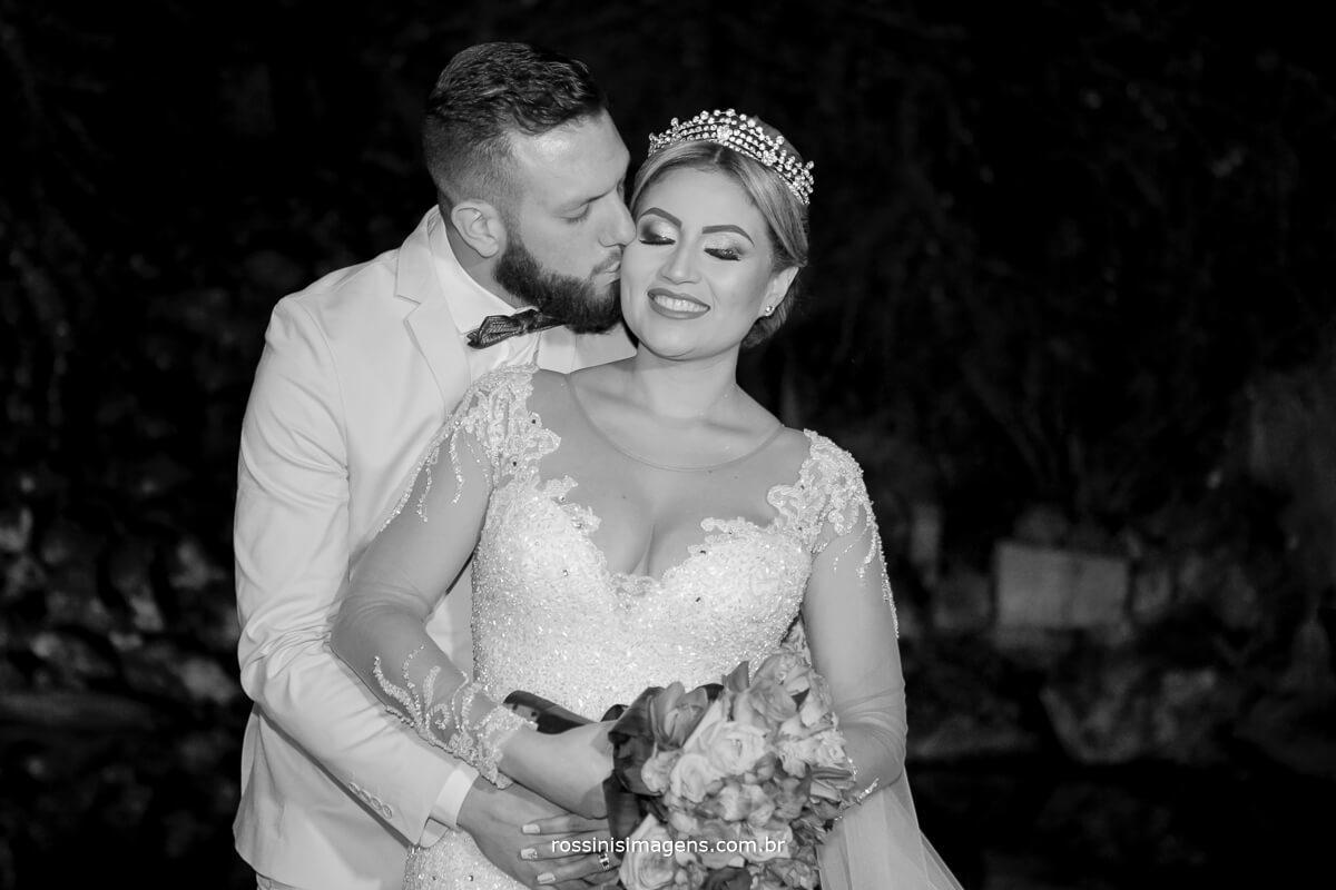 fotografo de casamento em suzano sp rossinis imagens, noivo beijando noiva na sessão de fotos especial com o casal, fernanda e paulo