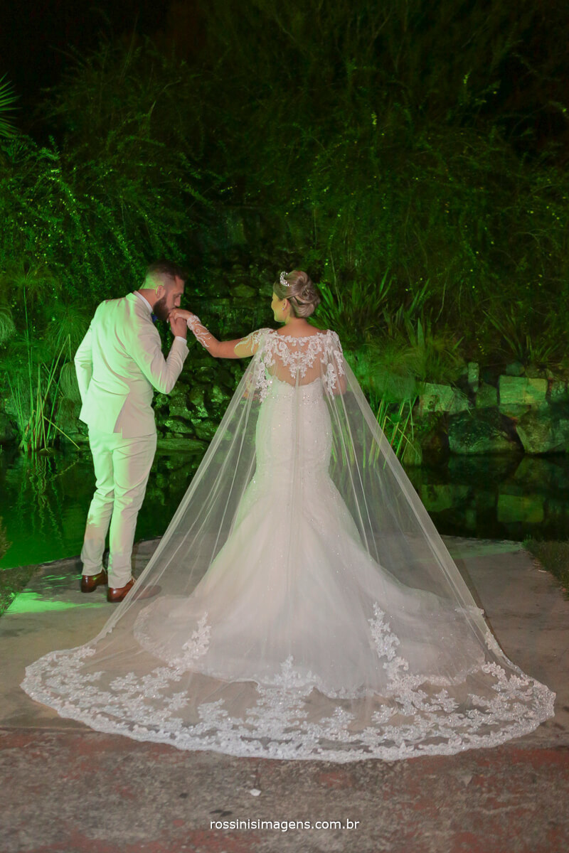 fotografo de casamento em suzano sp rossinis imagens, noivo beijando a mão da noiva em frente a fonte na chacara recanto verde, blog noivas no campo, sucesso