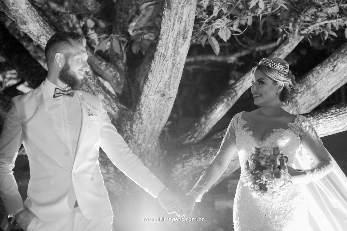 fotografo de casamento em suzano sp rossinis imagens, noivos de mãos da dadas em frente a arvore na chacara