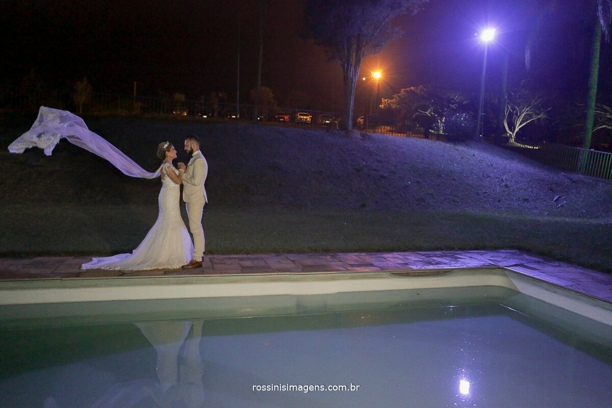 fotografo de casamento em suzano sp rossinis imagens, noivos na chacara recanto verde, capa do vestido da noiva voando, veu voando muito amor envolvido