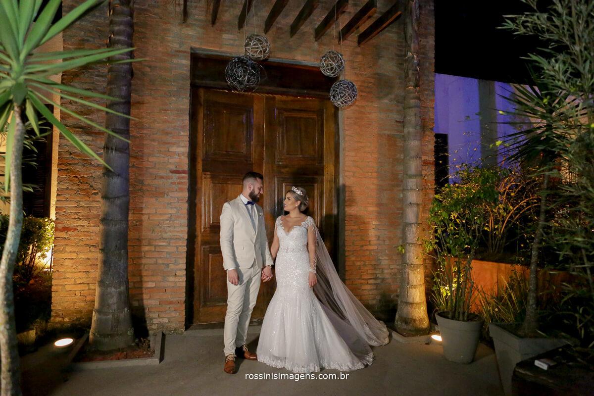 fotografo de casamento em suzano sp rossinis imagens, casal lindo noivos na porta principal da chacara recanto verde suzano, fernanda e paulo