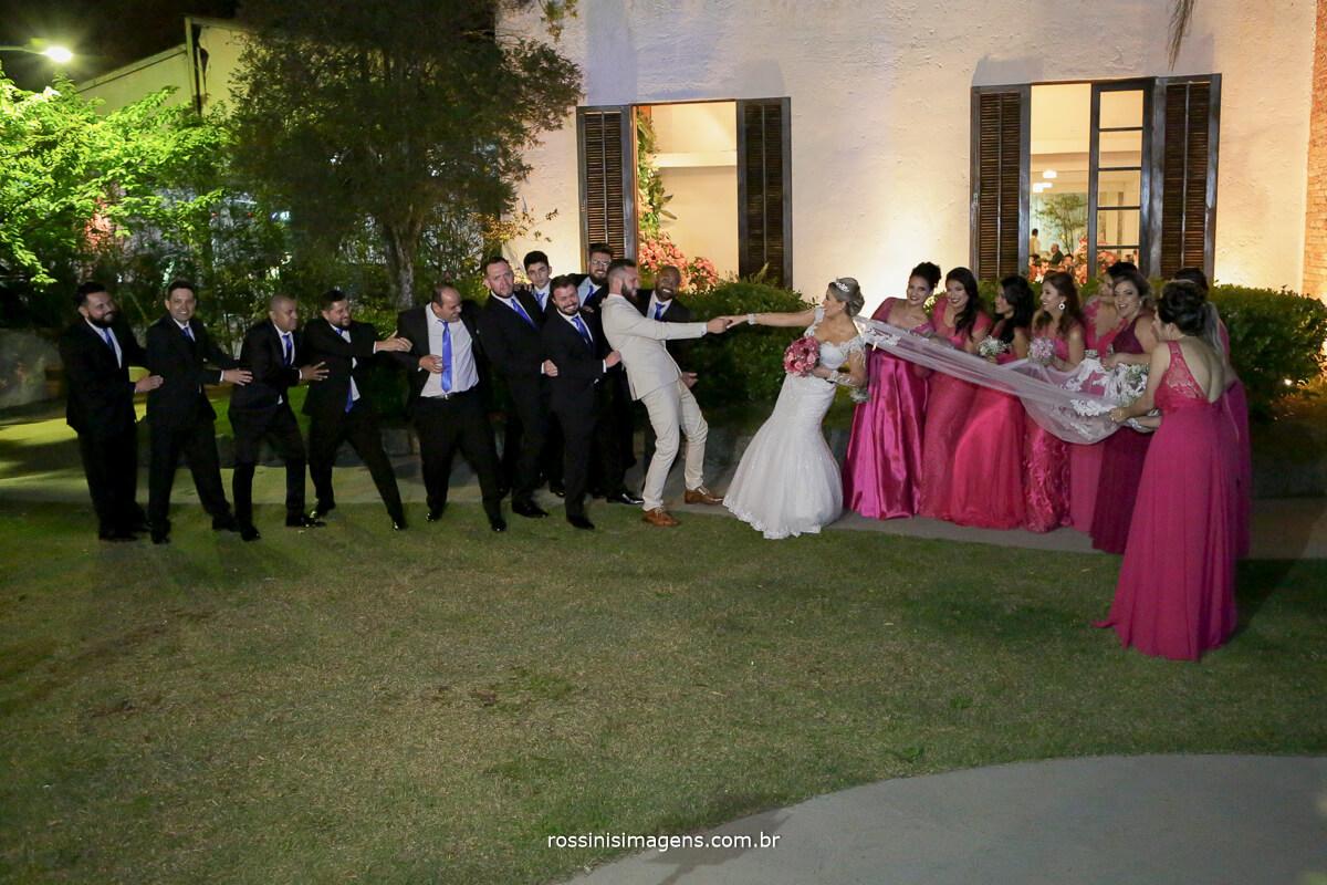 fotografo de casamento em suzano sp rossinis imagens, padrinhos e madrinhas no cabo de guerra, foto coletiva, madrinhas puxando a noiva e padrinhos puxando o noivo, recanto verde, noivas no campo,