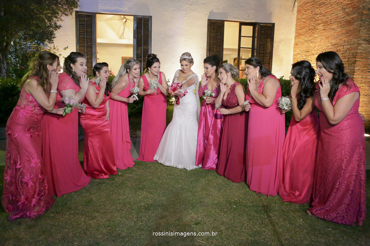 fotografo de casamento em suzano sp rossinis imagens, madrinhas de rosa felizes com o buquê da noiva