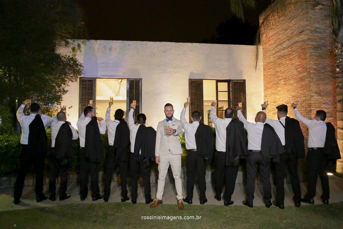 fotografo de casamento em suzano sp rossinis imagens, noivo e padrinhos brindando o casamento com caneca de chop, cerveja, brinde, recanto verde suzano, noivas no campo inspiração brinde