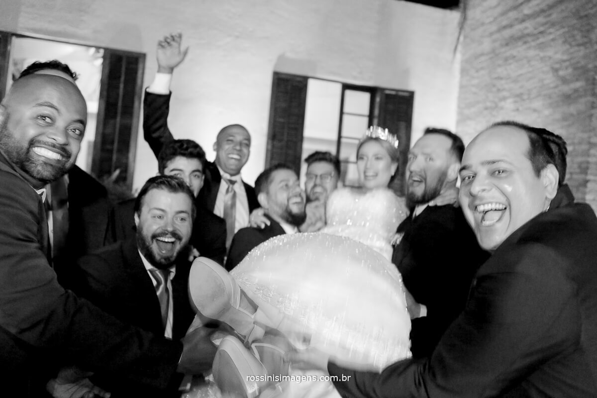 fotografo de casamento em suzano sp rossinis imagens,  foto dos padrinhos jogando a noiva pra cima, noiva no alto