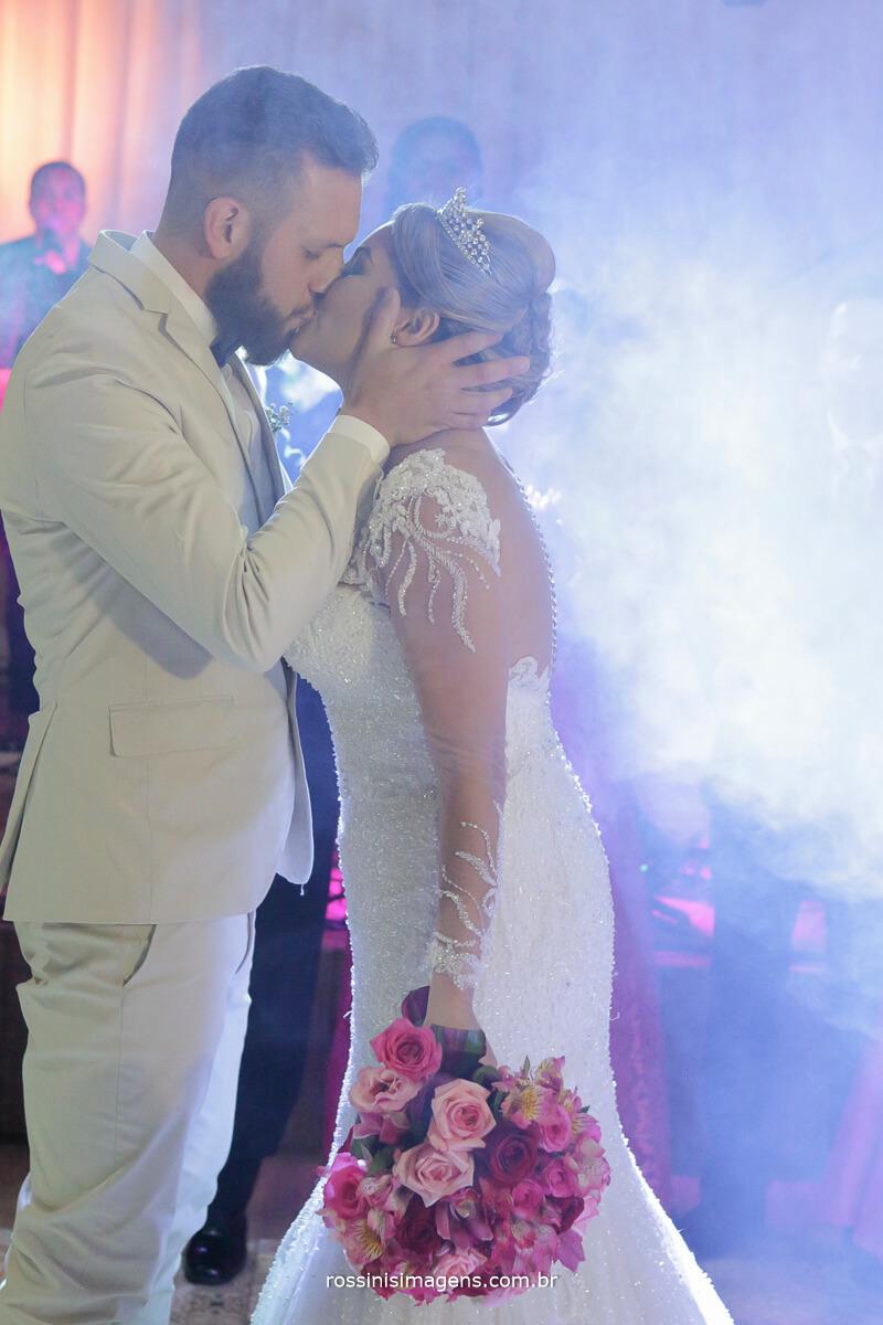 fotografo de casamento em suzano sp rossinis imagens, beijo de casados na balada, casal apaixonado, fernanda e paulo, wedding day, casamento lindo, casamento perfeito