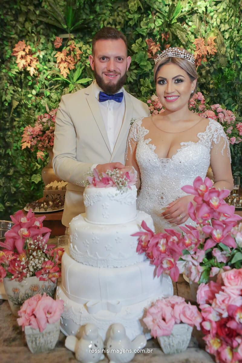 fotografo de casamento em suzano sp rossinis imagens, corte do bolo fernanda e paulo na chacara recanto verde em suzano, casamento perfeito, casamento lindo, noivas no campo