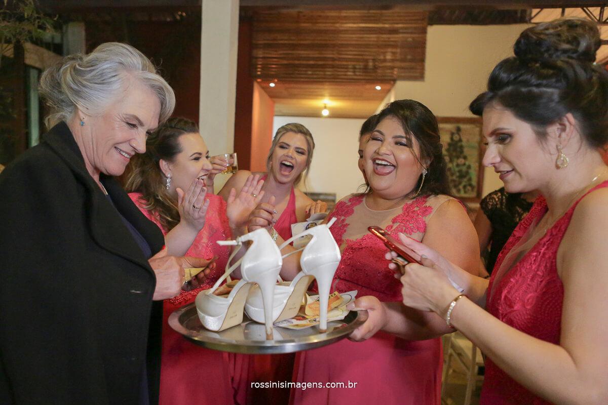 fotografo de casamento em suzano sp rossinis imagens,  sapatinho da noiva, madrinhas empolgadas, animacao de festa, animacao no casamento