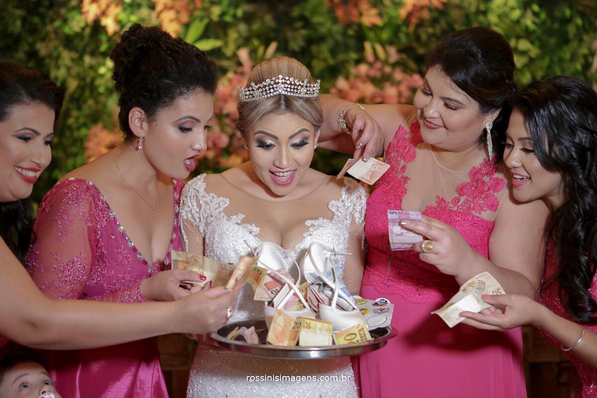 fotografo de casamento em suzano sp rossinis imagens, madrinhas passando sapatinho da noiva para arrecadação de dinheiro