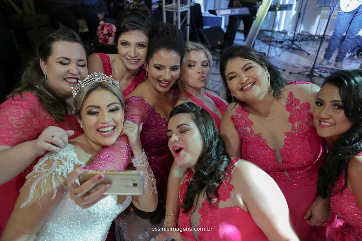 fotografo de casamento em suzano sp rossinis imagens, selfie das madrinhas passando o sapatinho da noiva