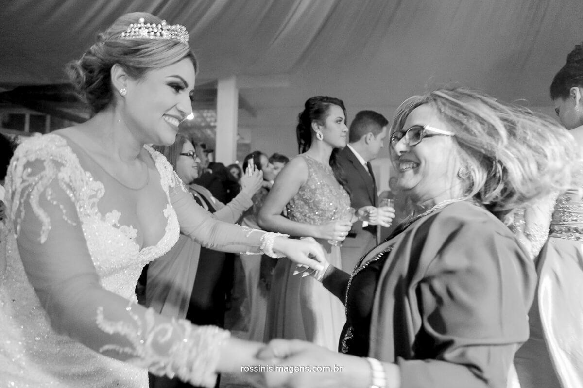 fotografo de casamento em suzano sp rossinis imagens, noiva dançando , balada da noiva, pista de danca da noiva, emoção alegria ,sentimento