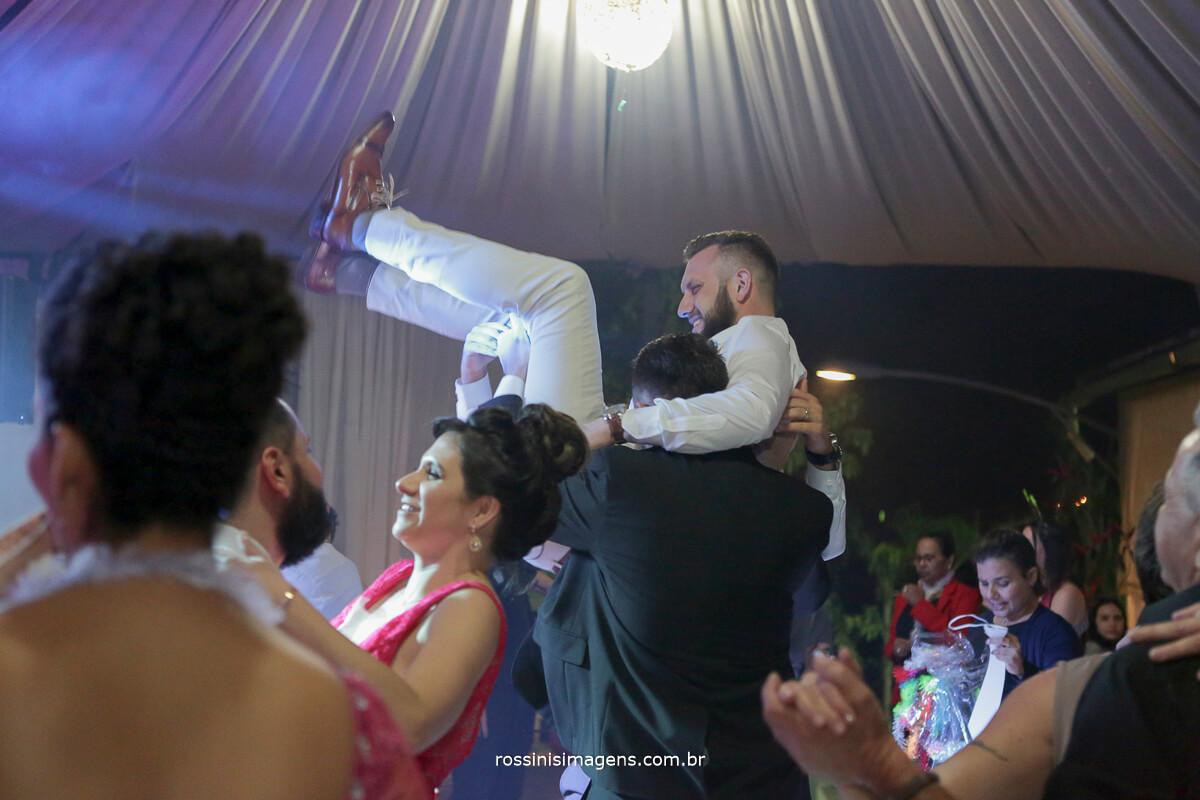 fotografo de casamento em suzano sp rossinis imagens, noivo no ar, jogando o noivo paia cima, balada, emocao, alegria