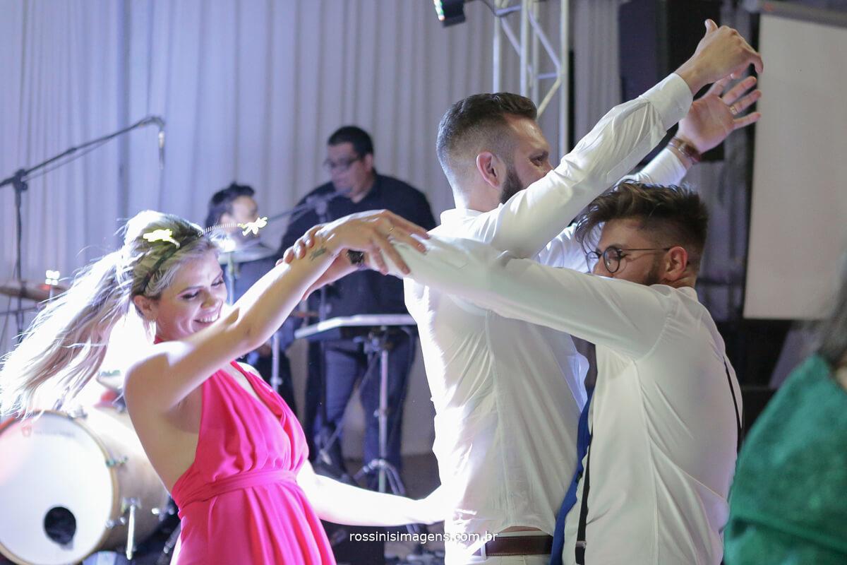 fotografo de casamento em suzano sp rossinis imagens, balada, animada, banda matrimoniall, animacao na festa, convidados e noivo dancando na pista