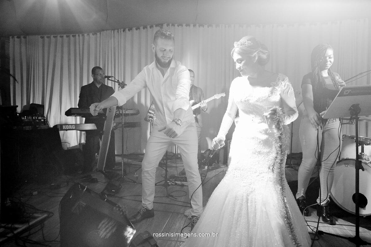 fotografo de casamento em suzano sp rossinis imagens,  noiva e noivo no palco dancando e agitando a balada com os convidados, fernanda e paulo recanto verde