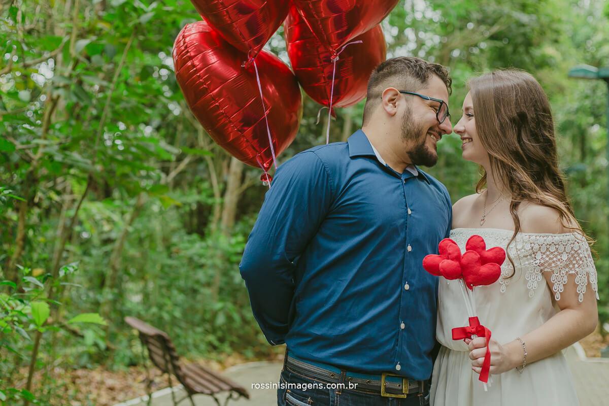 fotografo de ensaio pre casamento em guararema sp rossinis imagens, casal com baloes de corações vermelho e buquê de corações de feltro