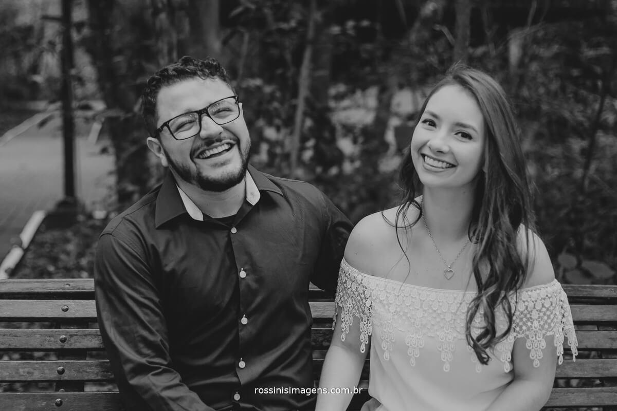 fotografo de ensaio pre casamento em Guararema sp rossinis imagens, casal descontraido, feliz,dando gargalhada no ensaio de fotos