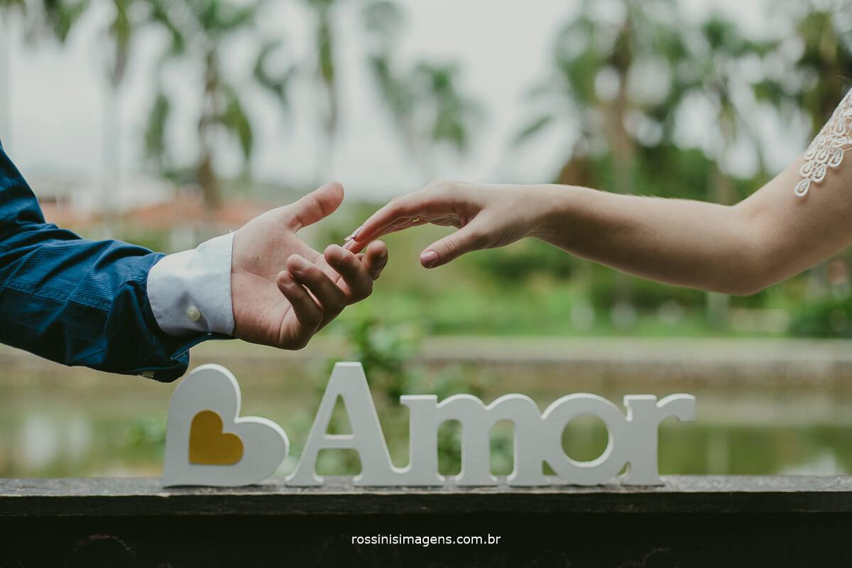fotografo de ensaio pre casamento em Guararema sp rossinis imagens, sintonia, amor, letra amor, conexão, mãos, casal pegando as mãos