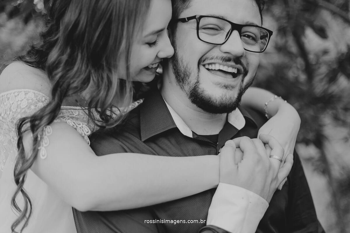 fotografo de ensaio pre casamento em Guararema sp rossinis imagens, noiva Thais retribuindo o cheirinho no noivo Renan no ensaio fotografico