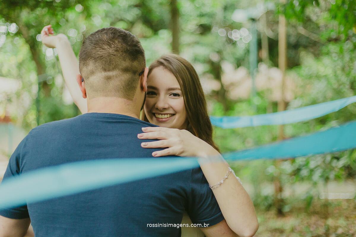 fotografo de ensaio pre casamento em Guararema sp rossinis imagens, noiva olhando pra foto e fazendo movimento com fita da ginastica ritmica, danca com fitas