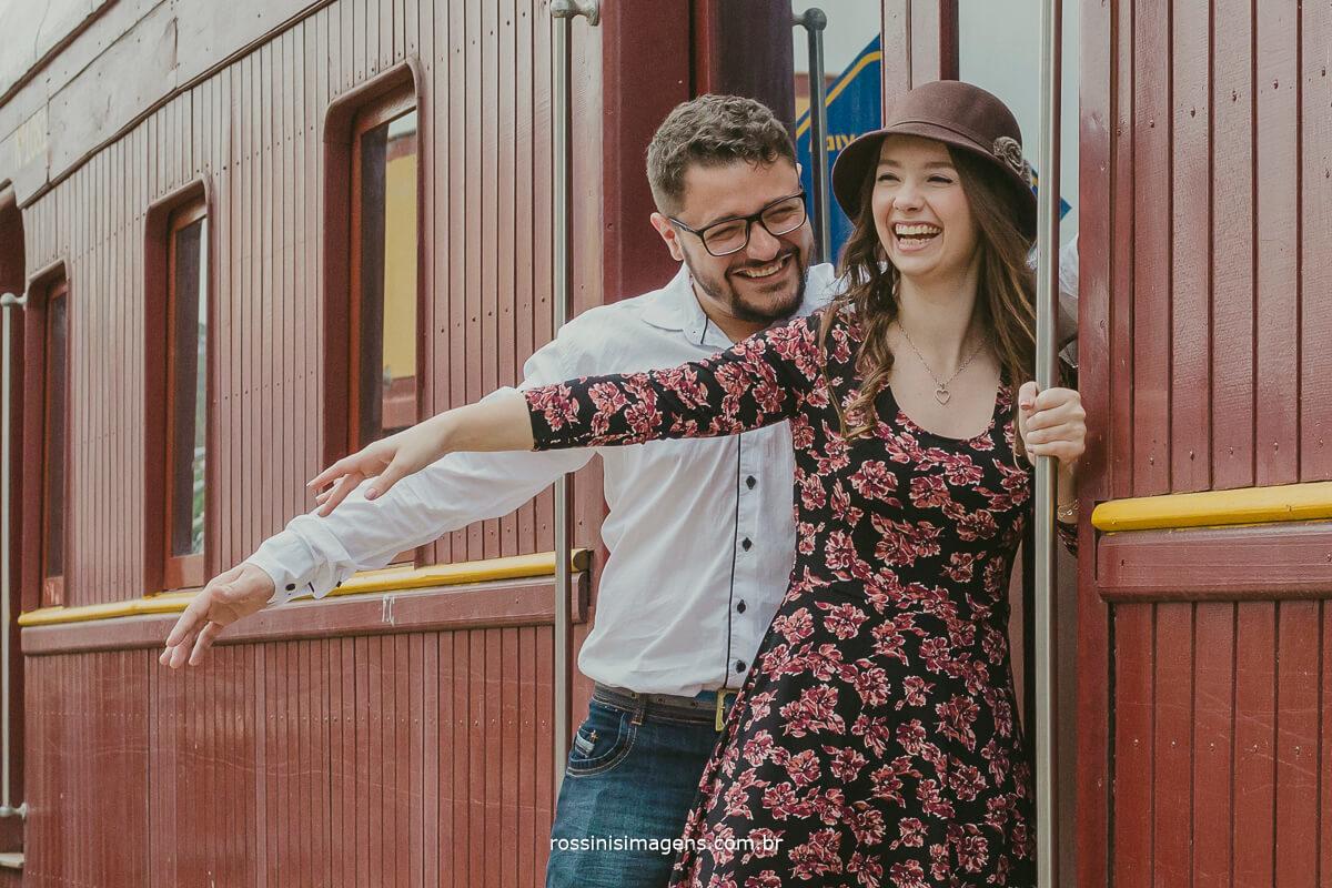 fotografo de ensaio pre casamento em Guararema sp rossinis imagens, inspiração de ensaio fotografico, noivos felizes, noivo que faz de tudo para ver sua noiva feliz,
