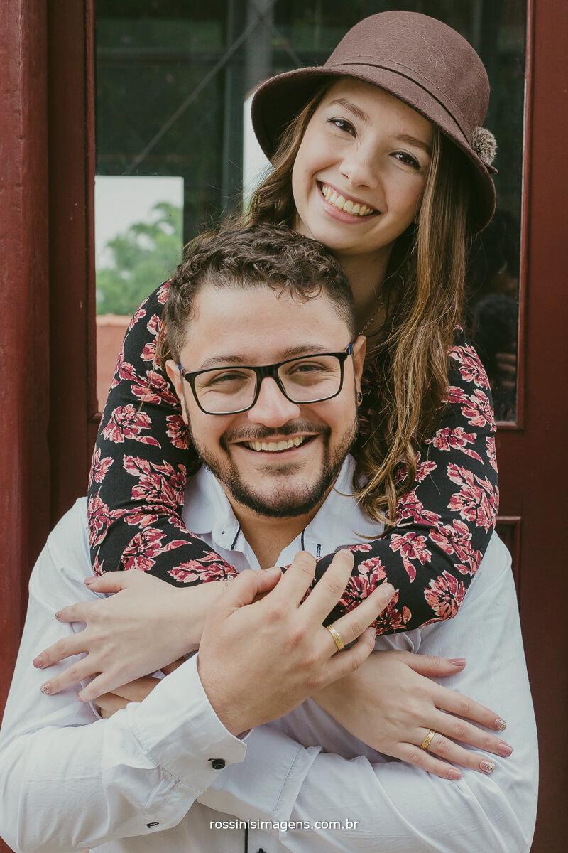 fotografo de ensaio pre casamento em Guararema sp rossinis imagens, casal apixonado, felizes e romanticos, noiva abracando o noivo no pescoço