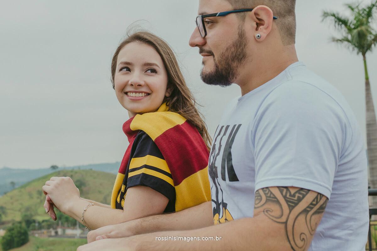 fotografo de ensaio pre casamento em Guararema sp rossinis imagens, casal romantico, mundo geek noivo nerd e noiva fanatica por harry potter, mirante de Guararema,