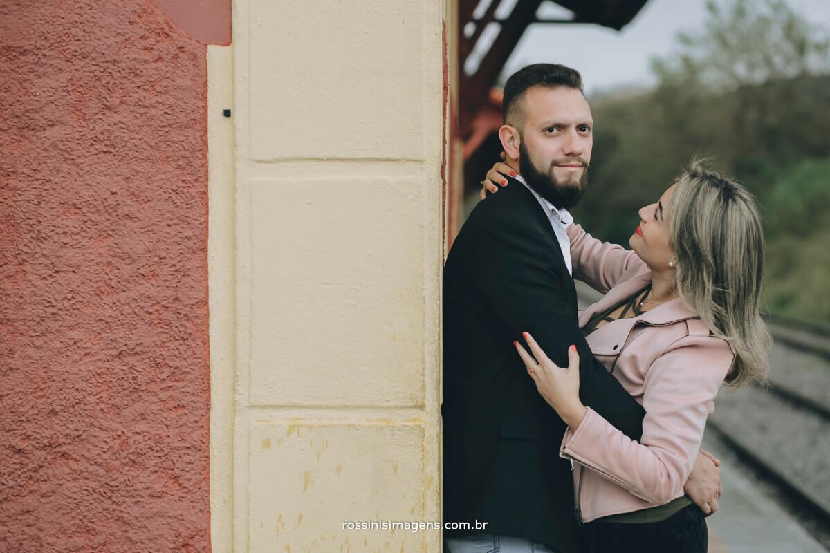 fotografo de ensaio pre-casamento rossinis imagens casal paulo e fernanda em luis carlos guararema sp noiva olhando noivo