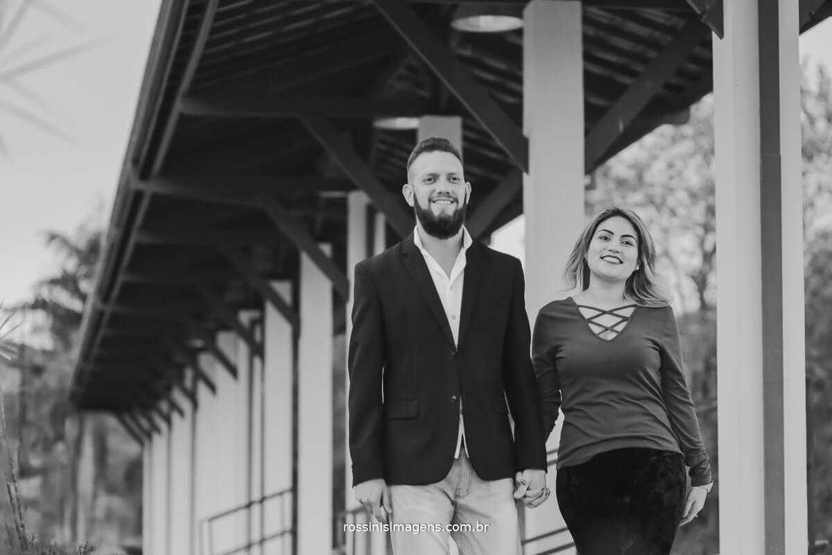 fotografo de ensaio pre-casamento rossinis imagens, casal caminhando na estação de luis carlos