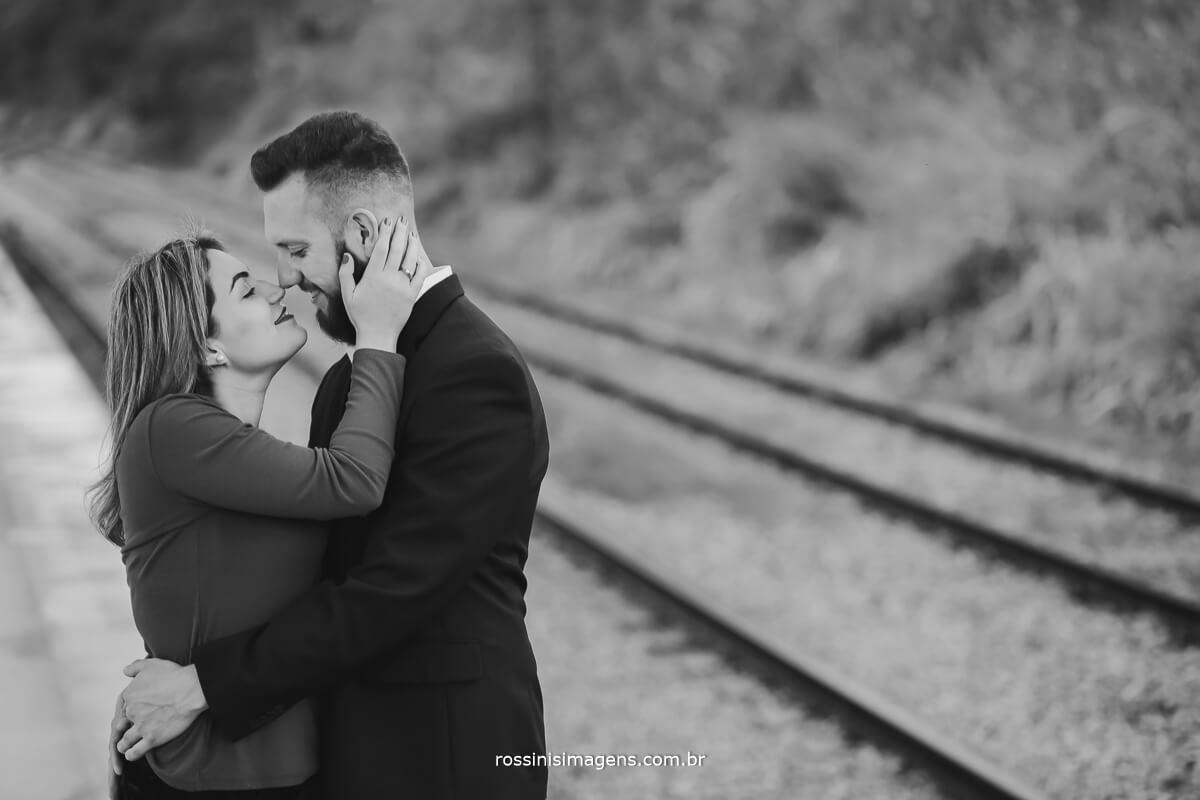 fotografo de ensaio pre-casamento rossinis imagens guararema - mogi - suzano - poa, noiva quase beijando o noivo, estação de trem de luis carlos ao fundo
