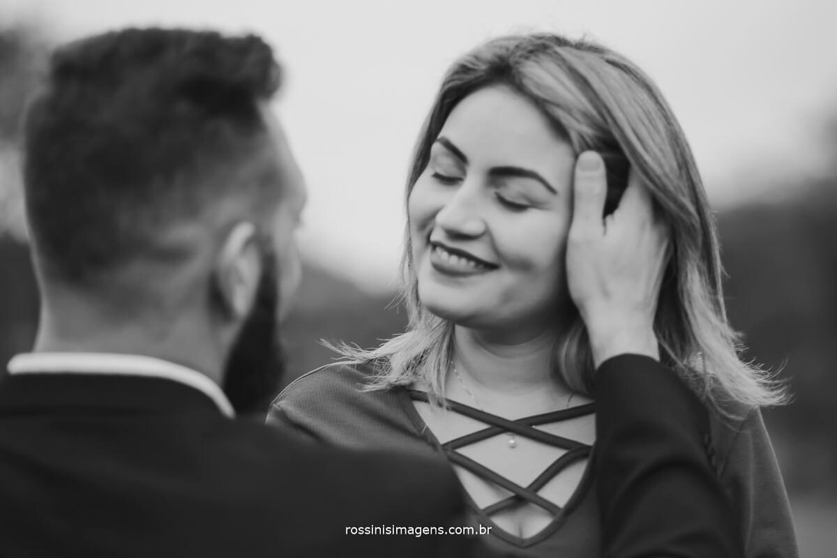 fotografo de ensaio pre-casamento rossinis imagens guararema - mogi - suzano - poa, noivo fazendo carinho