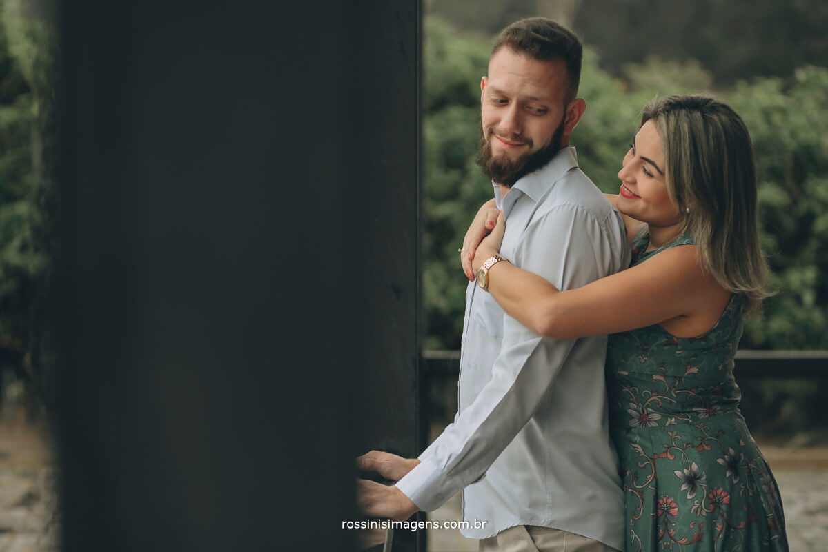 fotografo de ensaio pre-casamento rossinis imagens guararema - mogi - suzano - poa, noivo olhado a noiva que esta abraçando