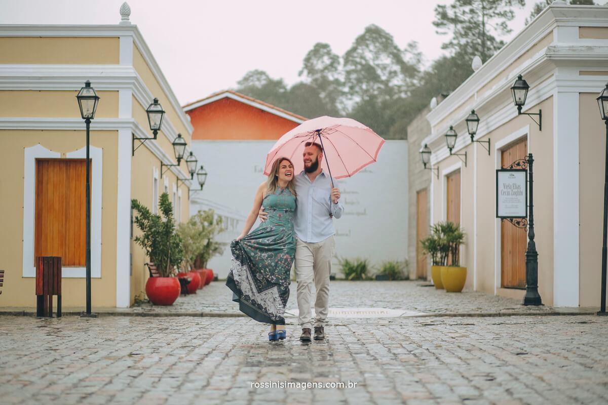 fotografo de ensaio pre-casamento rossinis imagens guararema - mogi - suzano - poa, casal andando na chuva