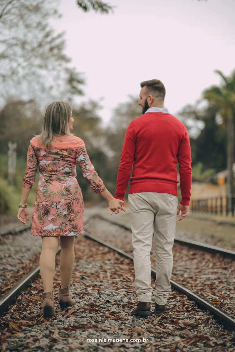 fotografo de ensaio pre-casamento rossinis imagens guararema - mogi - suzano - poa, casla caminhando nos trilhos do trem