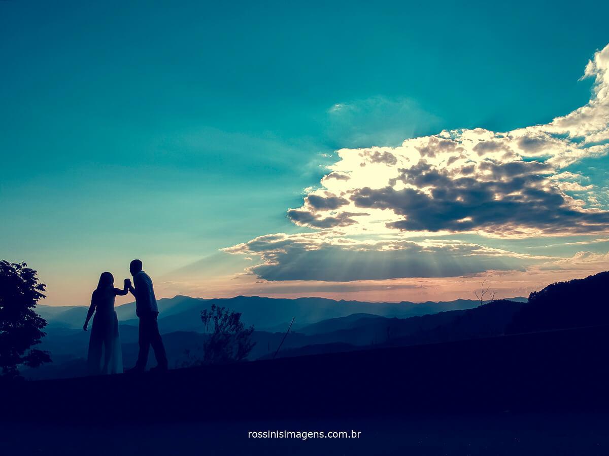 fotografo de ensaio pre casamento em campos do jordao sp rossinis imagens, casal no entardecer, lindo por do sol, renan e veronica