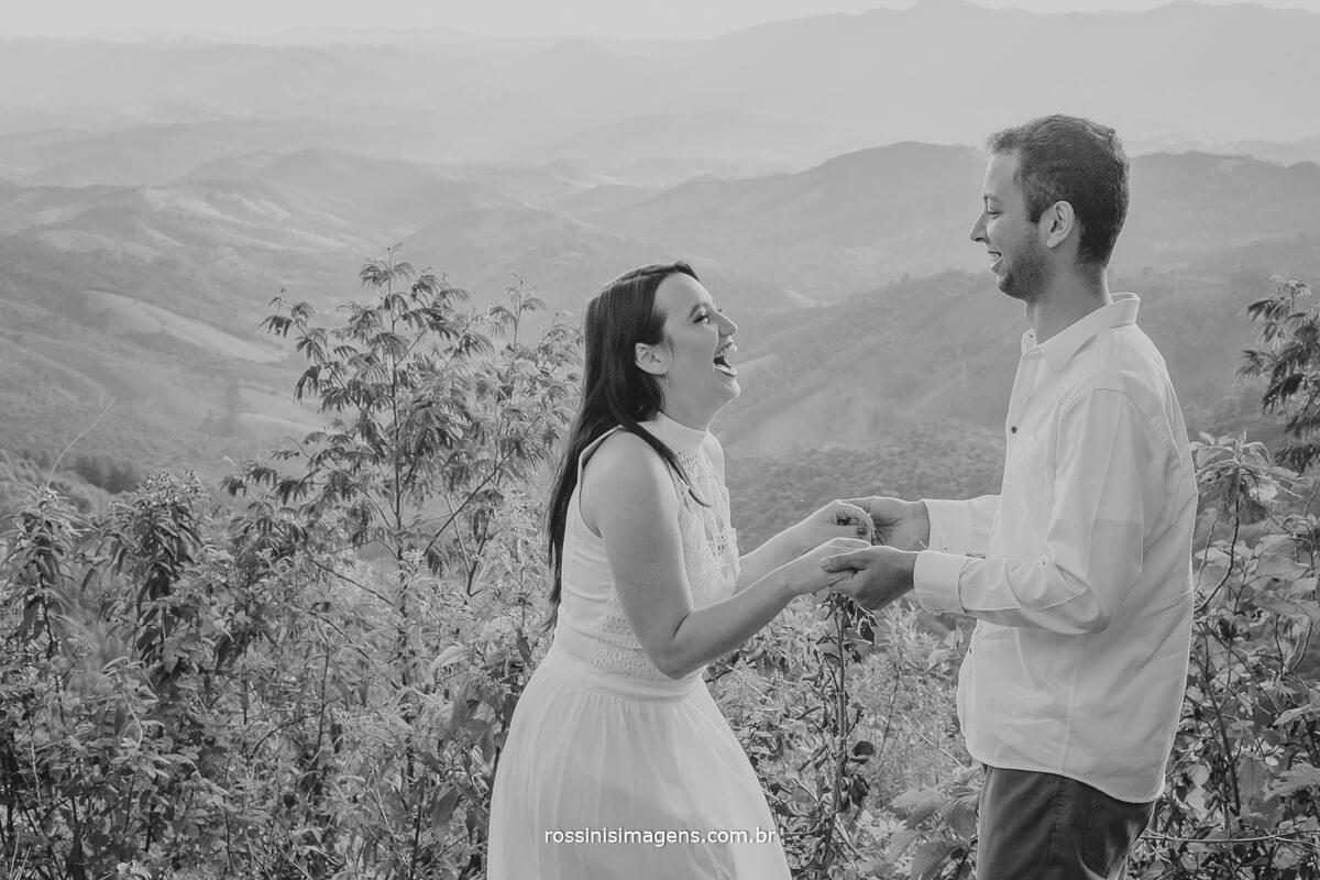 fotografo de ensaio pre casamento em campos do jordao sp rossinis imagens, foto pb casal no mirante