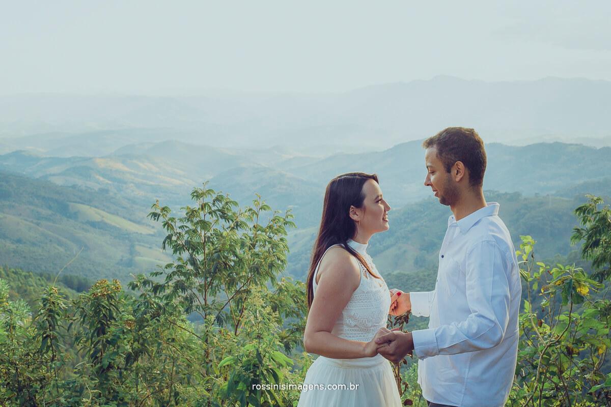 fotografo de ensaio pre casamento em campos do jordao sp rossinis imagens, noivos se olhando com vista do mirante em campos do jordao