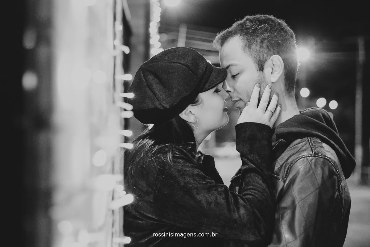 fotografo de ensaio pre casamento em campos do jordao sp rossinis imagens, sessão de fotos no centro da cidade de campos do jordao foto pb casal romântico