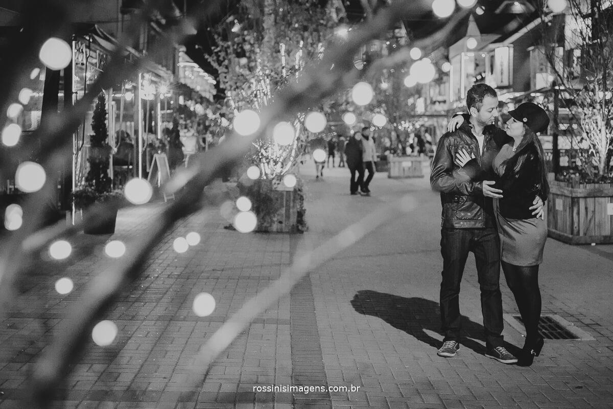 fotografo de ensaio pre casamento em campos do jordao sp rossinis imagens, casal romântico curtindo o frio da cidade