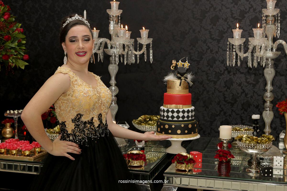 fotografo-festa-de-15-anos-debutante-rossinis-imagens-suzano-sp, debutante na mesa do bolo vestido de gala, vestida para a valsa
