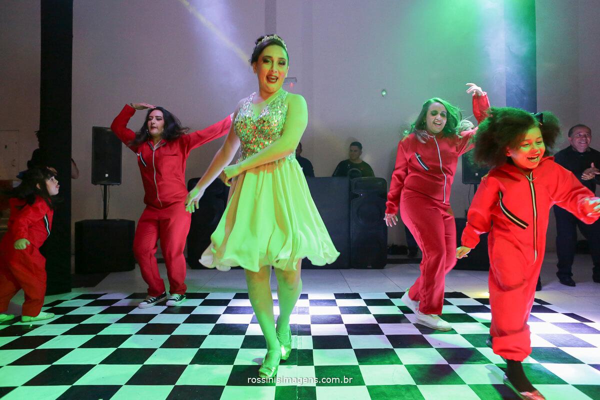 fotografo-festa-de-15-anos-debutante-rossinis-imagens-suzano-sp, pista de danca la casa de papel, irmas da debutante, debut