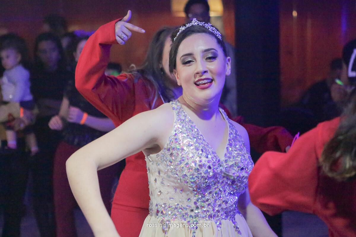 fotografo-festa-de-15-anos-debutante-rossinis-imagens-suzano-sp, debutante dancando