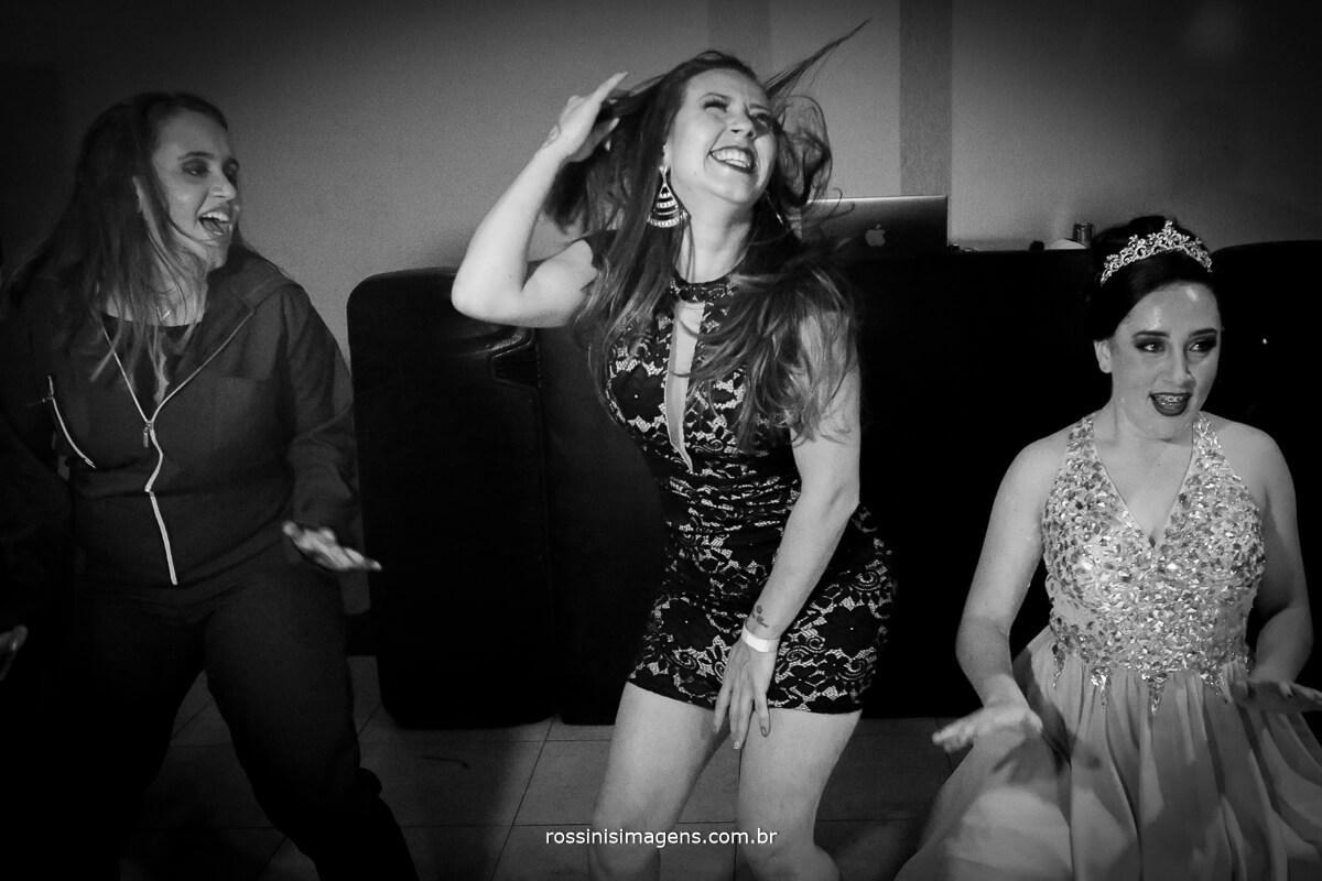 fotografo-festa-de-15-anos-debutante-rossinis-imagens-suzano-sp, irma, mae e debutante dancando na balada