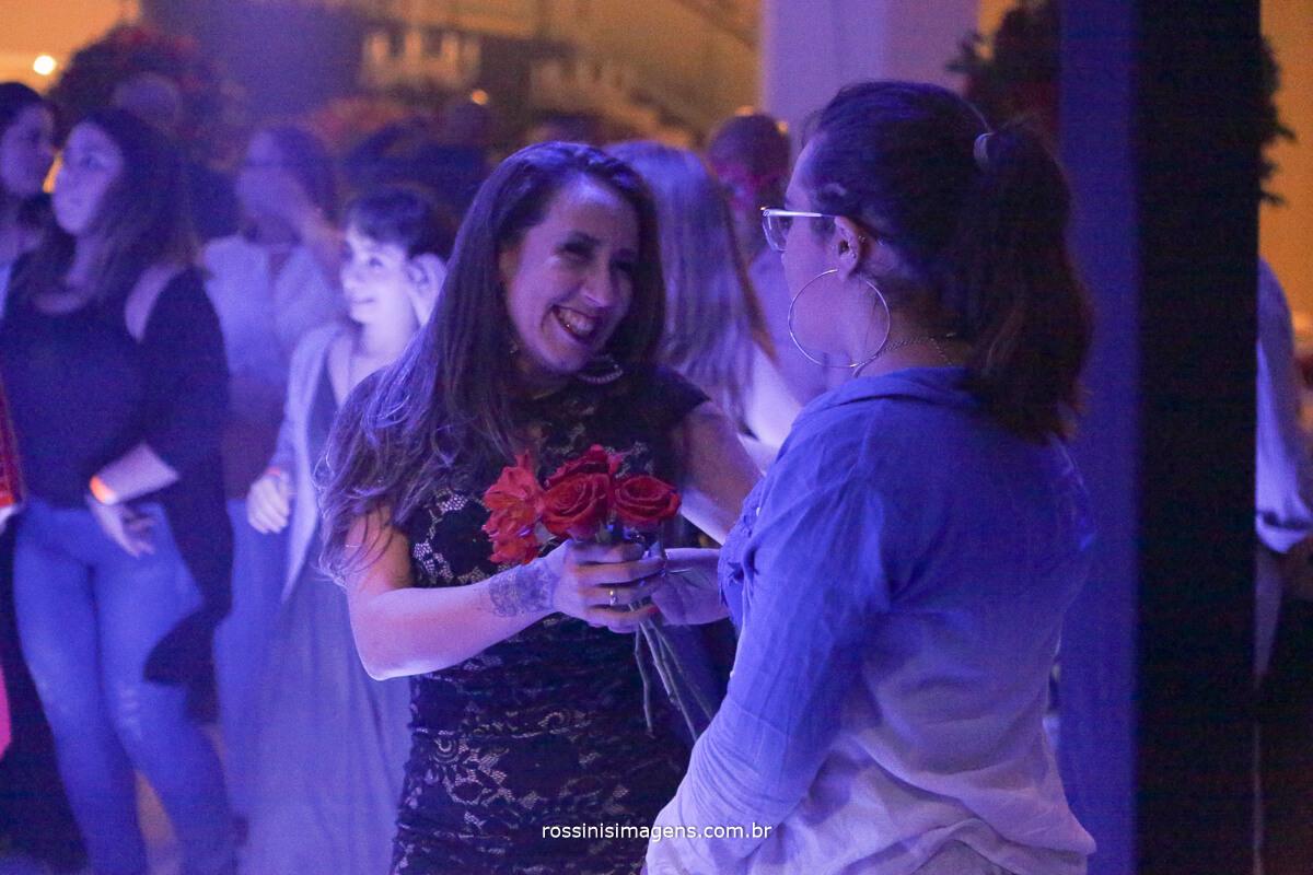 fotografo-festa-de-15-anos-debutante-rossinis-imagens-suzano-sp, mae e filha juntas em um linda homenagem com flores