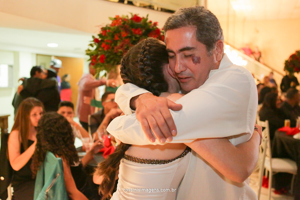 fotografo-festa-de-15-anos-debutante-rossinis-imagens-suzano-sp, abraco do pai na debutante apos apresentacao