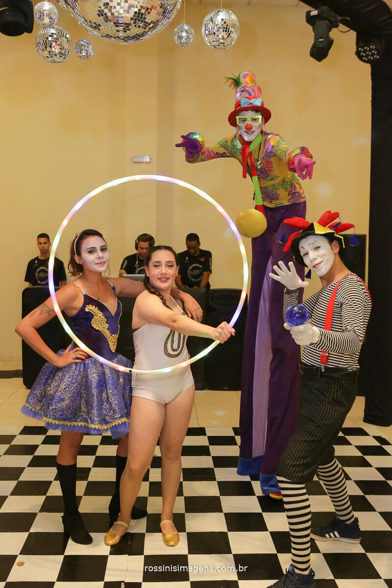 fotografo-festa-de-15-anos-debutante-rossinis-imagens-suzano-sp, apresentacao de palhacos de circo com a debutante