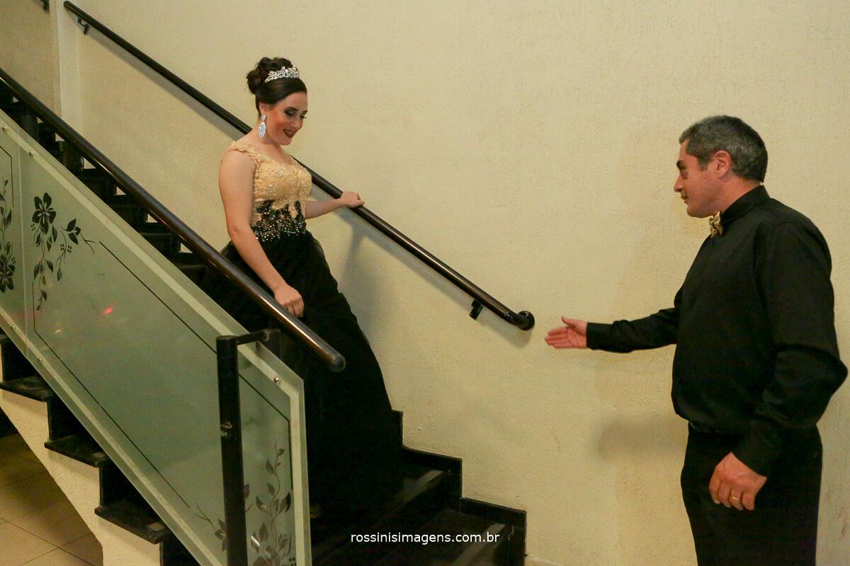 fotografo-festa-de-15-anos-debutante-rossinis-imagens-suzano-sp, andressa descendo as escadas sendo acolhida pelo seu pai para a danca especial valsa