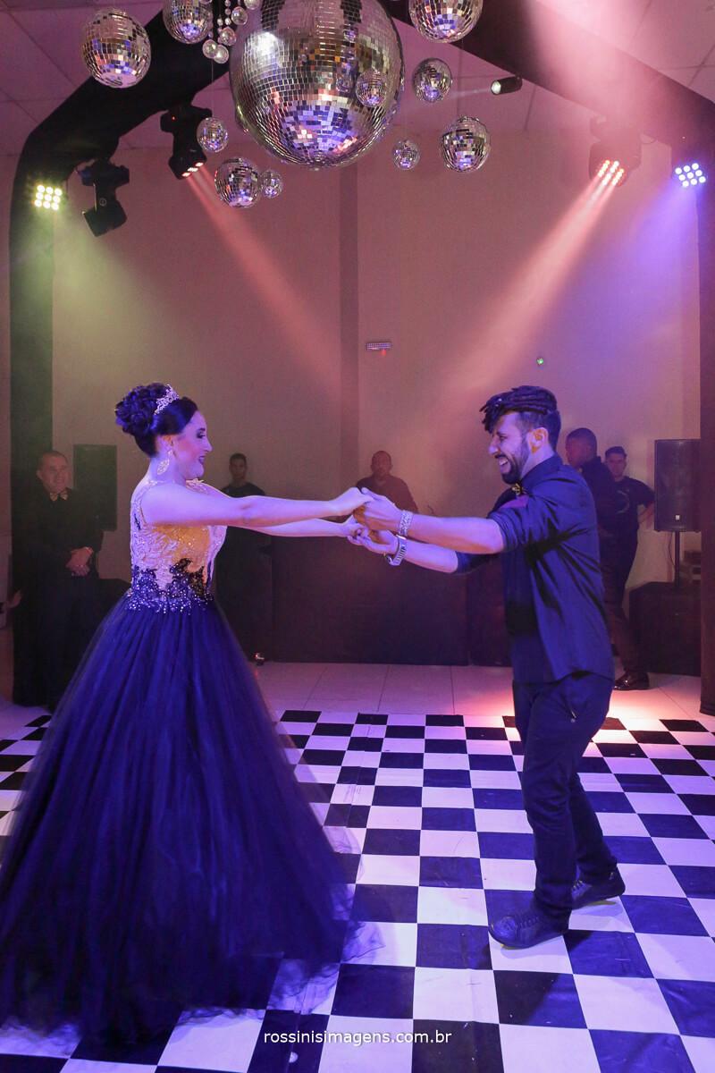 fotografo-festa-de-15-anos-debutante-rossinis-imagens-suzano-sp, danca da debutante com seu padrinho em uma linda valsa