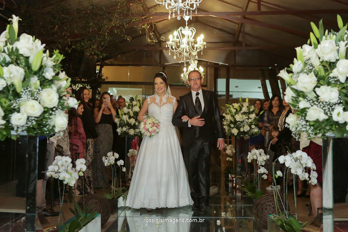 fotografo de casamento em garden fest aruja - sp Rossinis Imagens, entrada da noiva no altar