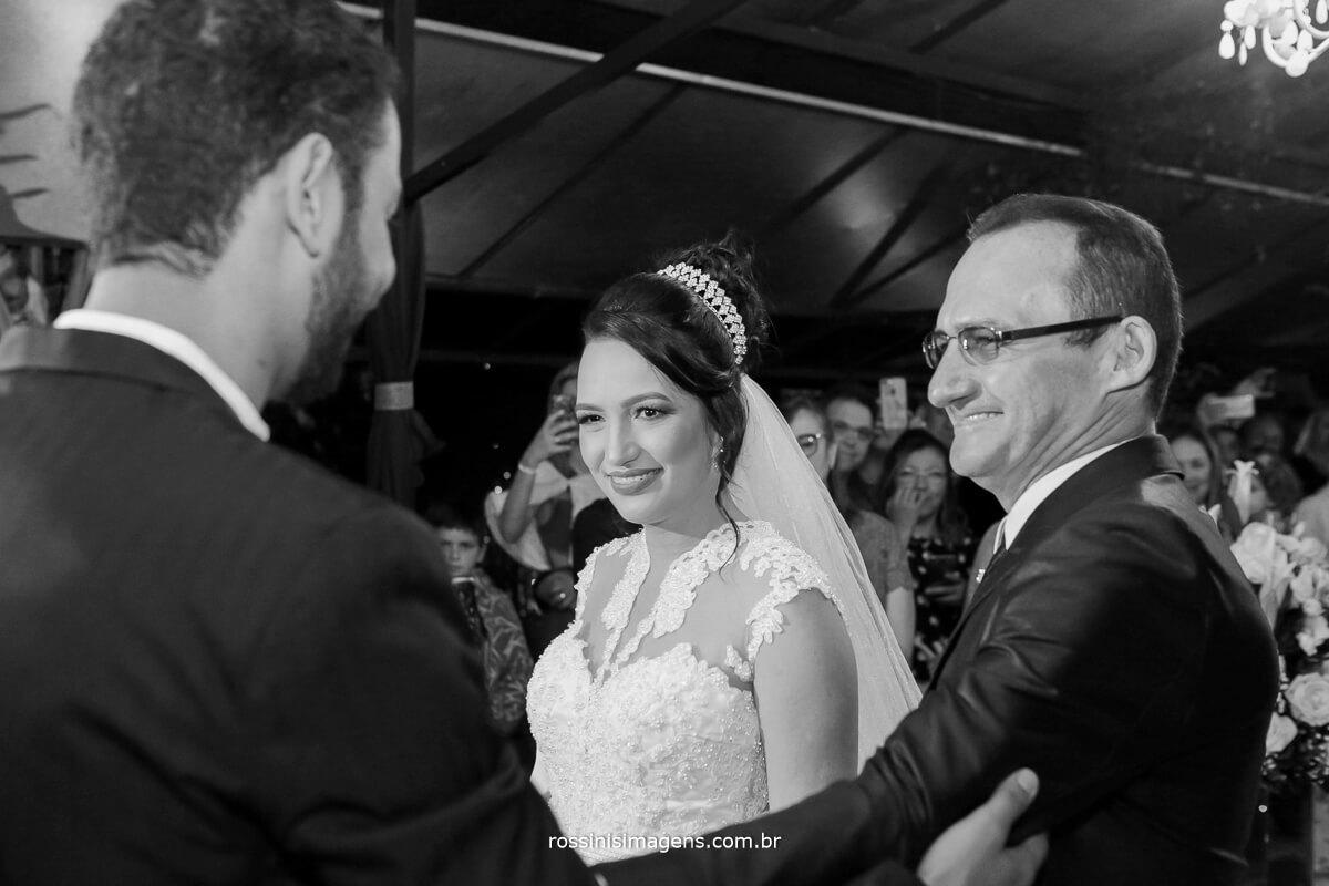fotografo de casamento em garden fest aruja - sp Rossinis Imagens, recepção da noiva no altar noivo